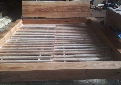 Dubová postel s jasanovým čelem
